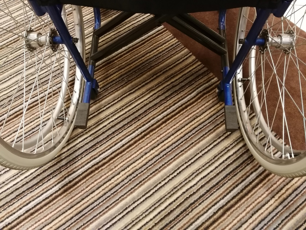 pedalini per sollevare la sedia a rotelle